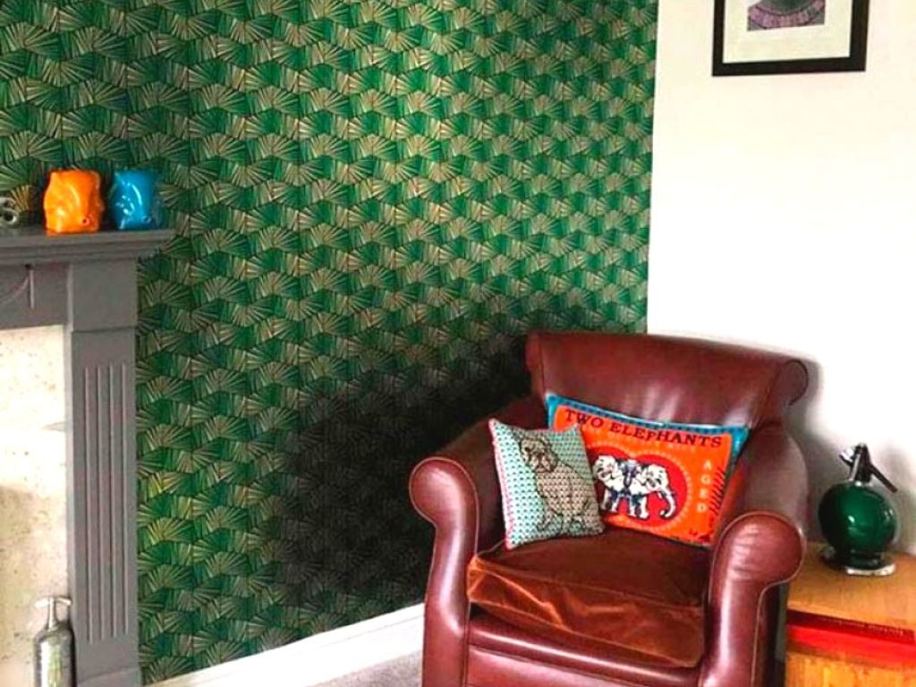 When green wallpaper is selected, it makes your room experience refreshing and crisp.