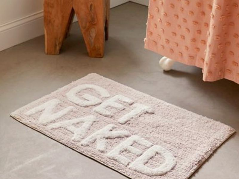 Material based bath rug is generally made by nylon, cotton, acrylic, or a mixture of everything.