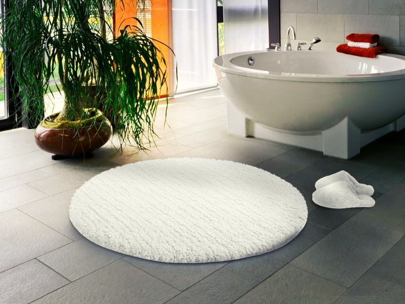 Round bathroom rugs act as a great centerpiece