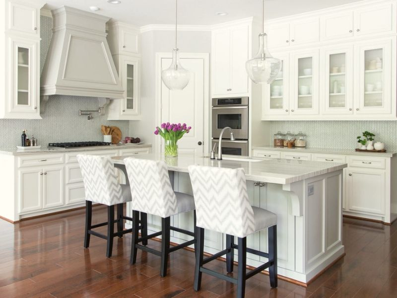 You can add a collection of wall storage and wall panels in selecting white kitchen cabinets.